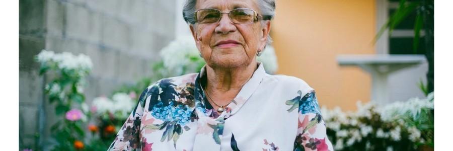 senior en ehpad avec brumisateur à la Réunion
